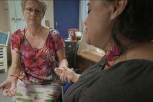 La psychiatre Christine Douzain avec l'une de ses patientes, victime d'inceste