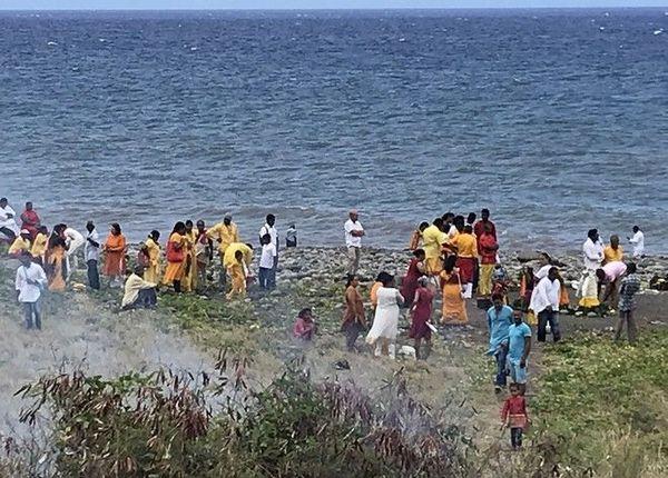 Procession tamoule pour Nouvel an bains des divinités avant marche sur le feu temple marliémen au Chaudron 010119