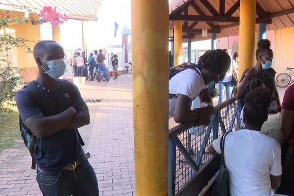 Des élèves du lycée Bertène Juminer se protègent