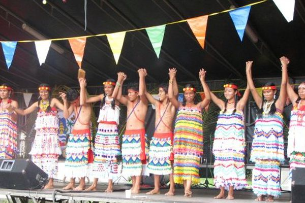 Spectacle d'Amérindiens en Guyane