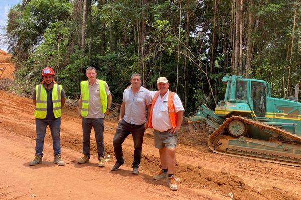 Une des équipes du chantier de la piste