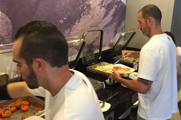 Julien Condoumy, à droite, surveille l'alimentation des U17.