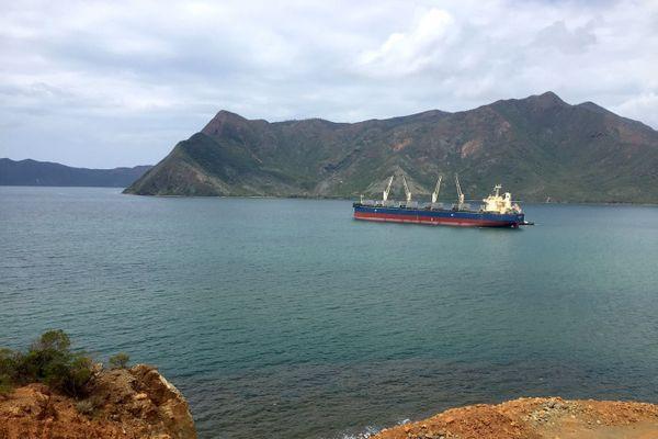 Baie de Kouaoua, minéralier, février 2020