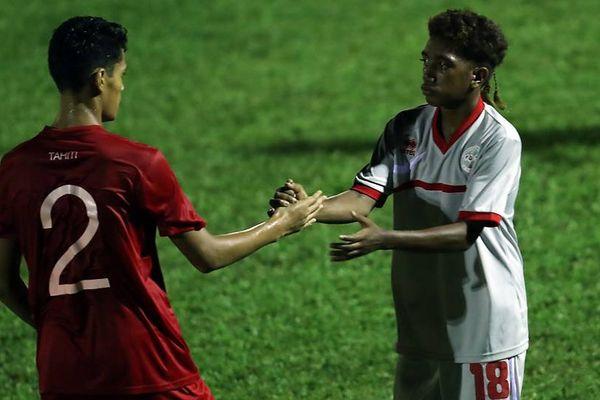Le buteur calédonien Robert Caihe (n°18) sert la main du Tahitien Taaroamea à la fin du match.