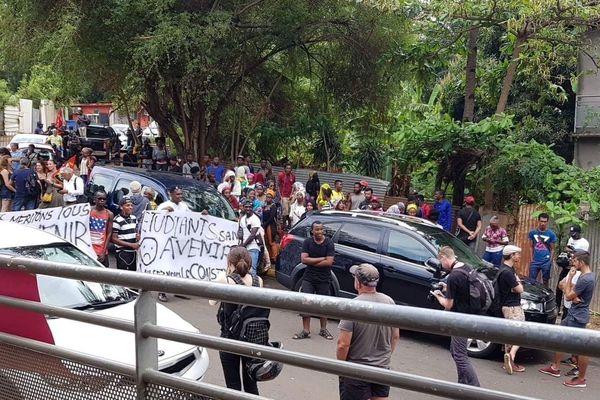 Manifestation d'étudiants comoriens devant le vice-rectorat de Mayotte