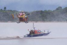 Un important dispositif de secours a été mobilisé comprenant des moyens des forces armées en Guyane (FAG), de la gendarmerie départementale (hélicoptère de la SAG), du SDIS 973 et de la Société nationale de sauvetage en mer (SNSM).