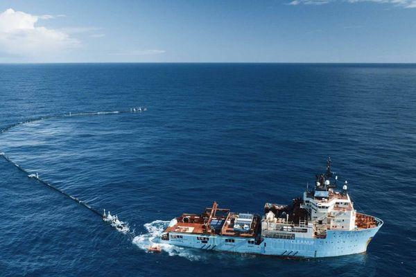 Système de nettoyage (flotteurs) remorqué par un bateau
