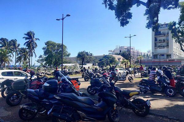 Plusieurs centaines de motards rassemblés devant la préfecture.