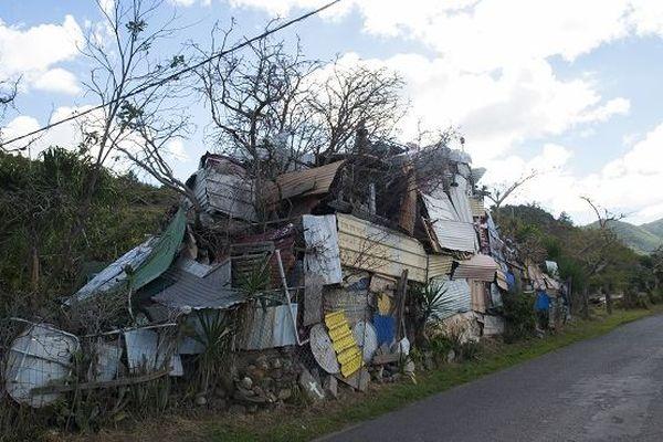 Des débris entassés à Saint-Martin.