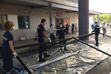 Déploiement de moyens devant les urgences du Médipôle, l'après-midi du lundi 6 septembre.