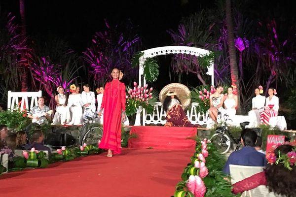 Défilé des candidates en tenues de soirée Marie Ah You et bijoux Robert Wan