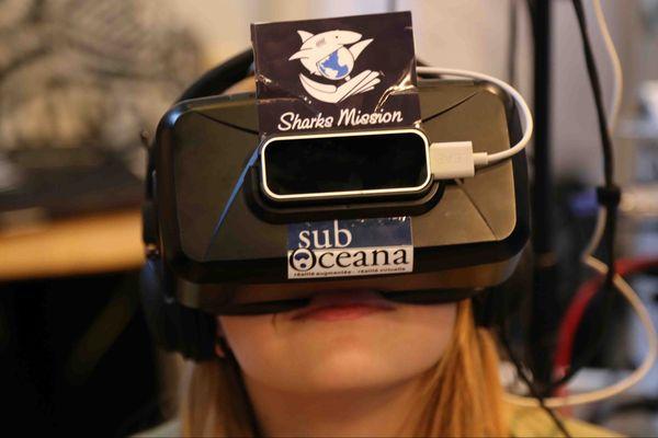 """Ondine Eliot, fondatrice de l'association """"Passion des requins"""" teste les lunettes de Sub Oceana"""