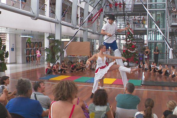 le cirque de Moorea se produit à l'hôpital du Taaone