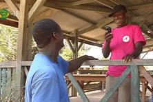 Un habitant de Kaw le sourire aux lèvres pouvant enfin utiliser un téléphone portable