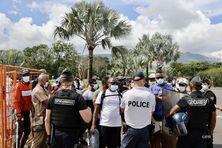 Des manifestants devant l'aéroport de Gillot pour demander plus de contrôles des voyageurs.