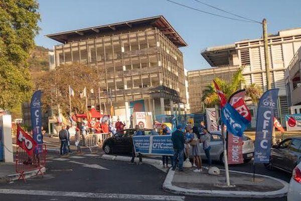 En grève, les syndicats du personnels hospitaliers installent un barrage filtrant au CHU de Bellepierre à Saint-Denis.