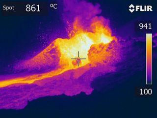 lave en fusion filmée avec une caméra thermique février 2019