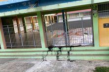Ecole Fribert Fessin de Petit Bourg, ce lundi matin. De l'huile de moteur a été déversée sur le préau...