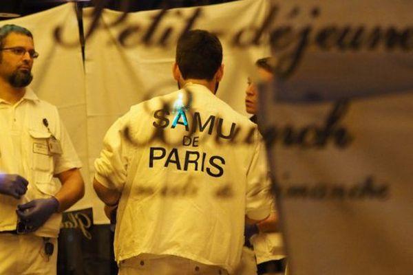 Le SAMU de Paris devant le Petit Cambodge, restaurant où les clients ont été victimes d'un attentat ce vendredi