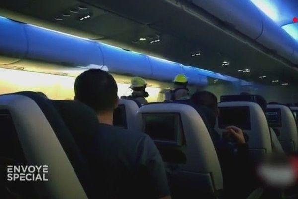 Les pompiers à bord du vol British airways après à son atterrissage en urgence en 2016 à Vancouver en raison d'émanations toxiques en cabine