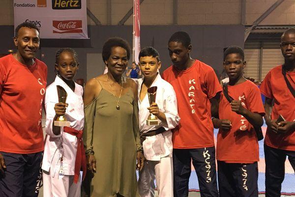 Emme Tarcy et Jonathan Sahagum avec leurs trophées