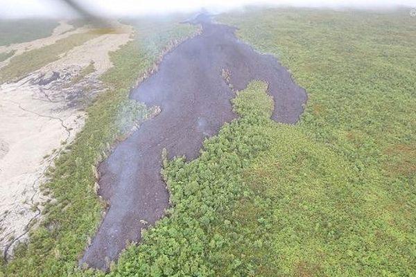 Ce mardi 13 août, la coulée se situe à environ deux kilomètres de la route des Laves.