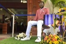 """À Trinidad et Tobago, Che Lewis """"assiste"""" à ses propres obsèques en position assise devant l'église."""