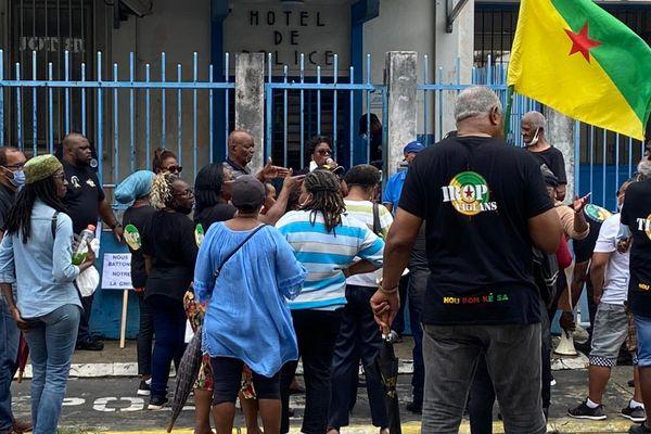 Militants Trop Violans et 500 Frères devant le commissariat de Cayenne le 3 mars 2021