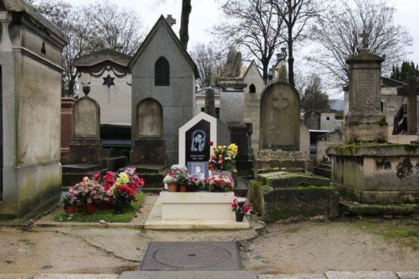11 ans après la disparition d'Edith Lefel, sa tombe est la plus fleurie de la 45e division du cimetière du Père-Lachaise