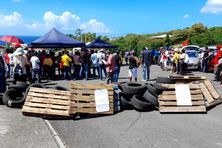 Plusieurs dizaines de militants syndicaux ont érigé des barrages devant le CHBT, de mardi.
