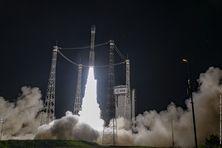 Le lanceur Vega VV18, au décollage depuis la rampe de lancement du centre spatial guyanais à Kourou, le 29 avril 2021.