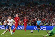 Harry Kane transforme, en deux temps, le penalty qui offre la victoire aux Anglais face aux Danois en demi-finale à Wembley, le 7 juillet (LAURENCE GRIFFITHS / AFP)