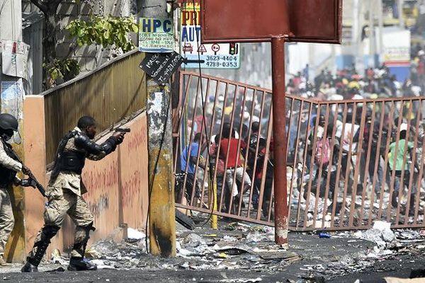 Affrontements dans les rues de Delmas, près de Port-au-Prince (Haïti), le 8 juillet 2018.