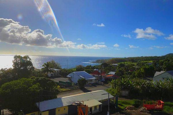 Pointe-Corail à Sainte-Rose sous un beau ciel bleu