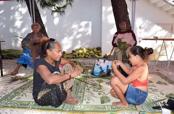 Photo atelier vannerie feuilles de cocotier Rendez-vous aux jardins Musée Nouvelle-Caledonie (3 juin 2017)