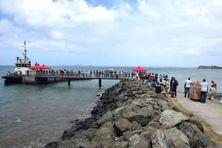 De nombreux habitants, ce vendredi matin, au ponton Les Dauphins, au Mont-Dore, pour embarquer à bord de la navette maritime.