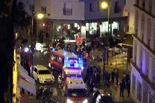 """Police et secours devant l'un des lieux de l'attentat, le café du """"petit Cambodge"""""""