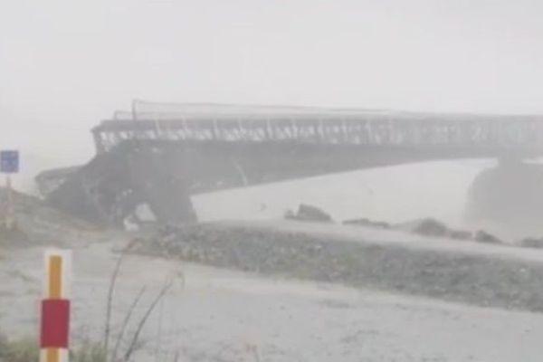 Le pont enjambant la rivière Waiho (île du sud) a été emporté