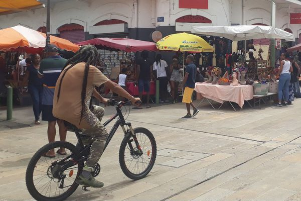 Personnes dans la rue piétonne de Pointe-à-Pitre