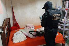 Lors de l'opération Catraia II, un agent de la Police Fédérale de l'Amapá procèdent à une perquisition au domicile d'un suspect.