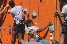 Des élèves de 3ème du collège de Mariotti sur le mur d'escalade de Magenta le 27 juillet 2015