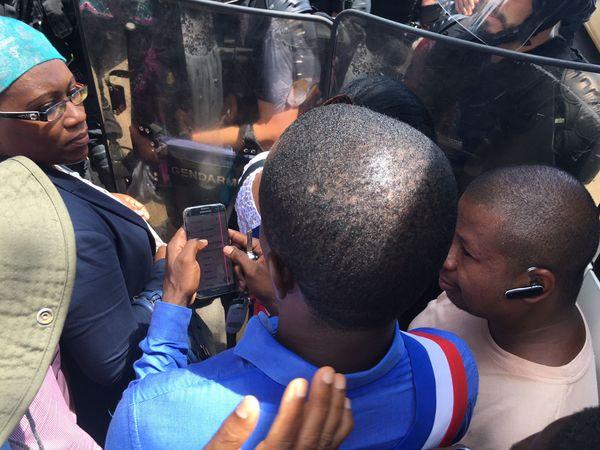 Contact entre élus et les forces de l'ordre à l'entrée de Kawéni