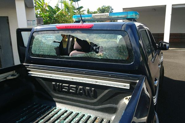 Des gendarmes pris pour cible, alors qu'ils menaient une opération de prévention auprès de marmailles dans une école de Saint-Benoît.