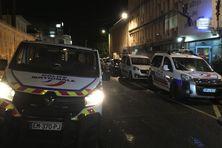 Voitures de police devant l'actuel commissariat à Fort-de-France.