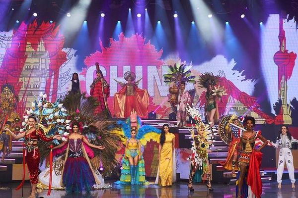 Louiz, dans sa robe aux couleurs de La Réunion et de la France