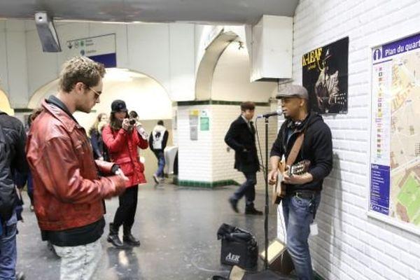 K Leaf chanteur de soul créole dans le métro
