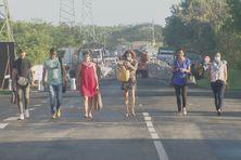 Des travailleurs de Jarry se rendant à pied sur leur lieu de travail