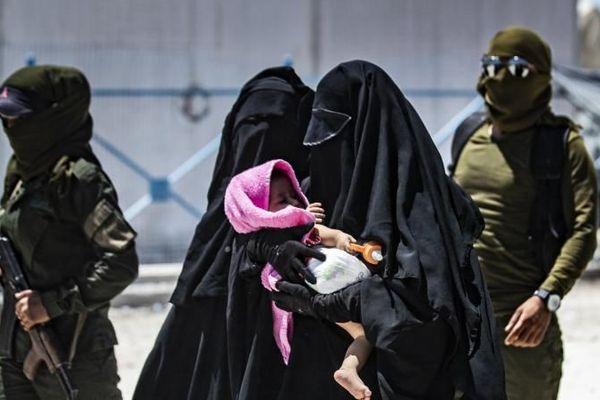 Une patrouille de sécurité escorte deux femmes soupçonnées d'être membres de l'Etat islamique, dans le camp al-Hol au nord de la Syrie, le 23 juillet 2019. (illustration)