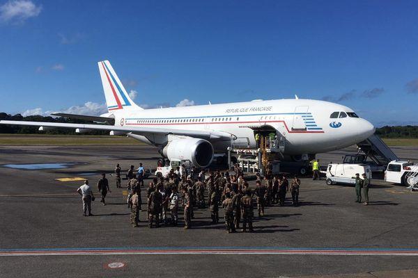 L'avion militaire sur le tarmac de l'aéroport Félix Eboué