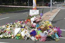 Fleurs déposées près d'un cordon à Christchurch.